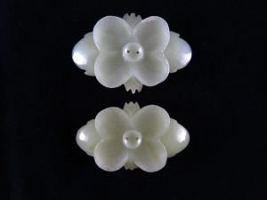Coppia di bottoni in giada bianca