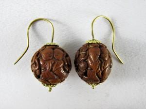 Orecchini in oro con antichi semi scolpiti