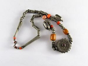 Antica collana in argento, ambra e corallo