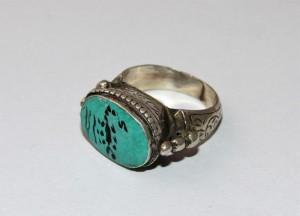 Antico anello con turchese inciso
