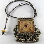 Collana etnica con pendente dorato