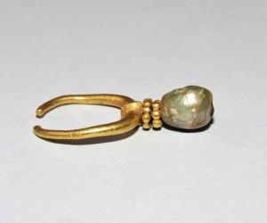 Antico orecchino in oro con perla