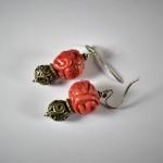 Orecchini con coralli intagliati e argento antico